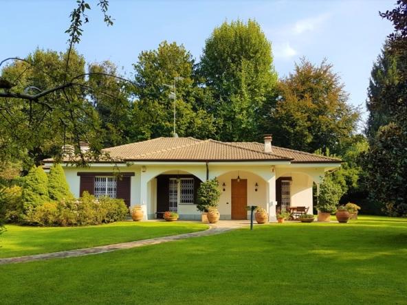 Villa singola adiacente ai campi da golf con 1500 mq di giardino