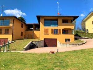 Porzione di villa bifamiliare nella zona delle Ginestre in vendita a Cantù